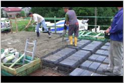 Rozprowadzanie betonu.