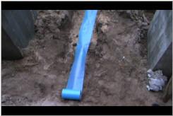 Zasypywanie studzienki kanalizacyjnej.