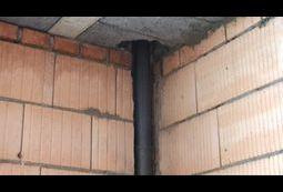 Rura PCV w ścianie konstrukcyjnej.