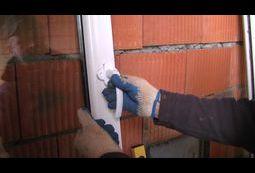 Montowanie klamki w oknie.