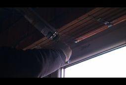 Wypełnianie szczelin pomiędzy oknem a ościeżem.