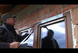 Odklejanie taśmy ochronnej z okna.