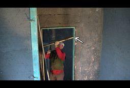 Tynkowanie ścian z ramą drzwiową.